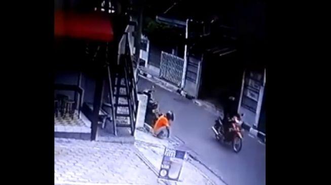 Aksi pencurian tutup gorong-gorong di Jalan Gowongan, Jogja terekam CCTV, Jumat (31/1/2020). [Info Cegatan Jogja / Facebook]