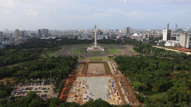 Suasana penanaman pohon di lokasi revitalisasi Plaza Selatan Monumen Nasional (Monas), Jakarta, Selasa (4/2). [Suara.com/Angga Budhiyanto]