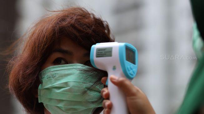Pengecekan suhu tubuh Virus Corona di Tower Apartemen Mediterania Garden Residences 2, Jakarta Barat, Kamis (6/2). [Suara.com/Angga Budhiyanto]