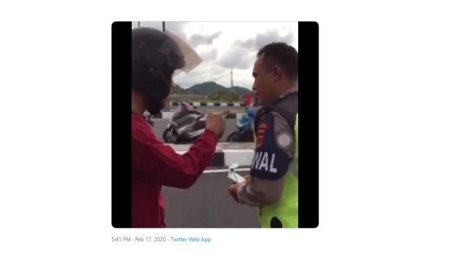 Pengendara motor protes ditilang polisi pakai alasan logika. [Twitter]