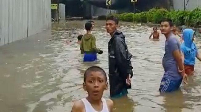 Banjir Jakarta di underpass Senen, Selasa (25/2/2020). (Suara.com/Muhammad Yasir)