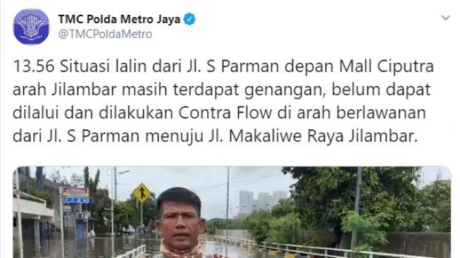 AKBP Dermawan Karosekali melaporkan situasi banjir di Jakarta sambil membawa ular besar. Aksinya itu menjadi viral di media sosial.
