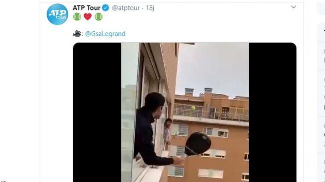 Main tenis di jendela untuk usir kebosanan saat lockdown. (twitter.com/atptour)
