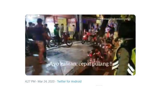 Himbauan Polwan bubarkan kerumuman. [Twitter]