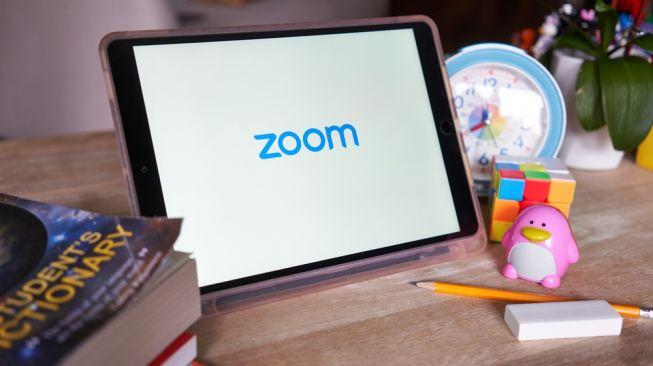 Ilustrasi aplikasi Zoom di laptop. [Shutterstock]