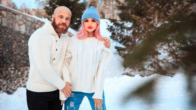 Binaragawan Kazakhstan Yuri Tolochko dan boneka seks yang dinamainya, Margo. [Instagram@yuri_tolochko]