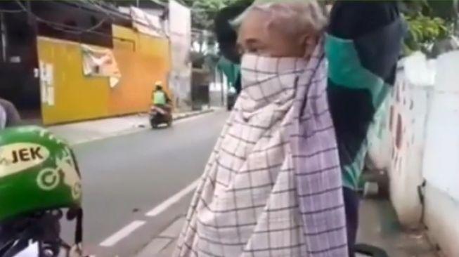 Kakek ojol tetap narik dan pakai masker dari sarung. [Instagram/Dramaojol.id]