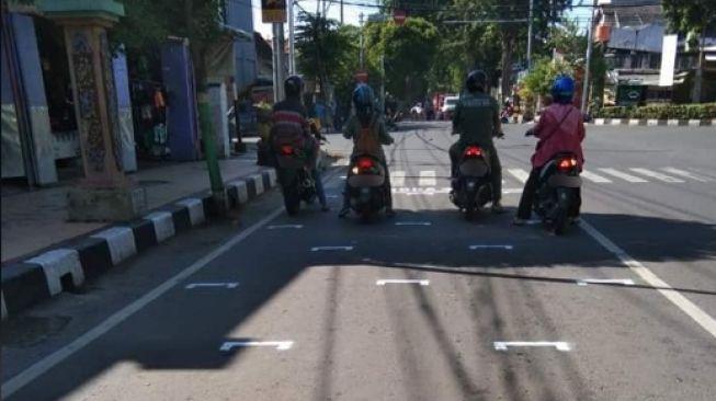 Marka jalan edisi physical distancing, serasa MotoGP. (Facebook/Ramandika Setya Ditama)