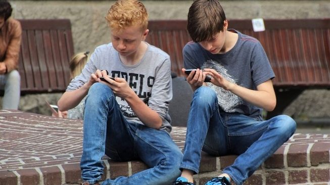 Ilustrasi remaja bermain game di smartphone. (Pixabay/ natureaddict)