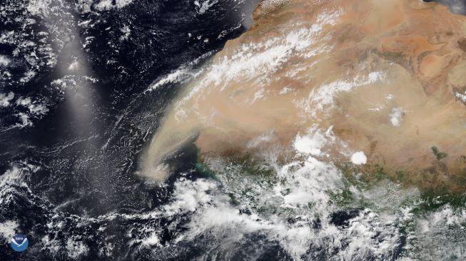 Awan debu raksasa bakal menghantam AS. [NOAA]