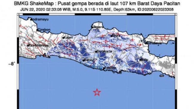 BMKG mencatat pusat gempa (tanda bintang merah) yang mengakibatkan gempa bumi bermagnitudo 5,0 terjadi di Kabupaten Pacitan, Jawa Timur, Senin dini hari (22/06-2020) [bmkg.go.id].