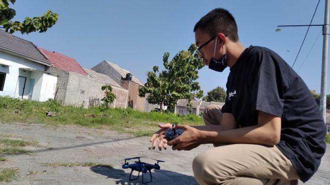 Seorang siswa Madrasah Aliyah Negeri (MAN) 2 Kota Kediri kelas XI, Muhamad Azhar Syahrudin (17), berhasil membuat drone yang sebagian komponennya dari barang bekas. (Suara.com/Usman)