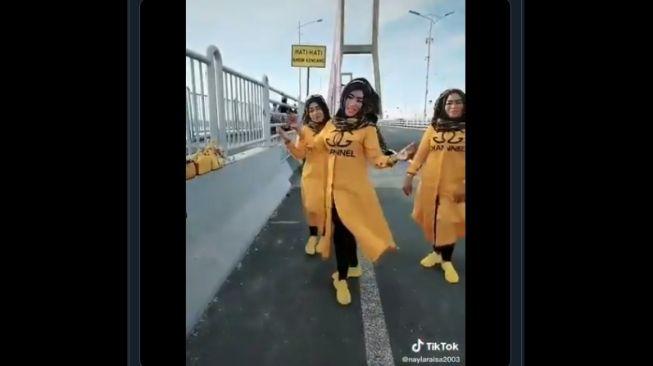 Ibu-ibu joget TikTok di Jembatan Suramadu. (Twitter/@hesti_rya)