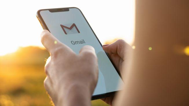 Ilustasi Gmail di smartphone. [Shutterstock]