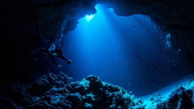 Ilustrasi gua di samudera [Shutterstock].