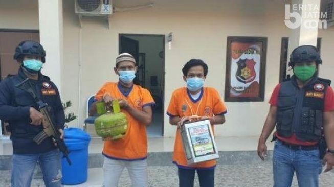 Dua pelaku pencurian kotak amal masjid saat jalani gelar perkara di Mapolsek Sukolilo, Surabaya, Jumat (7/8/2020). [BeritaJatim.com]