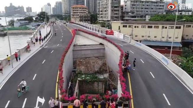 Rumah terapit jalan raya. (Dok:Guangzhou Daily)
