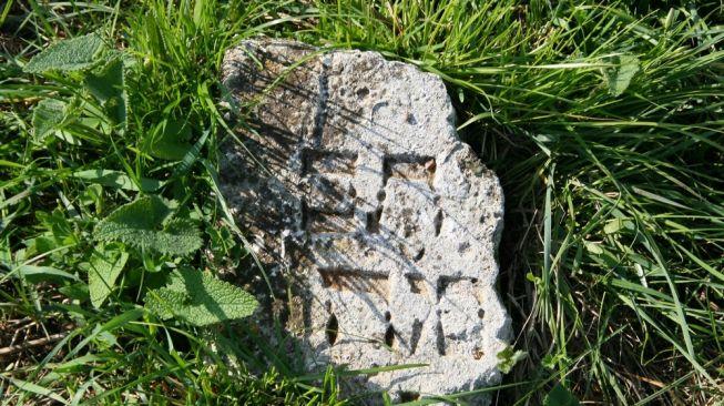 Ilustrasi batu nisan Yahudi. [Shutterstock]