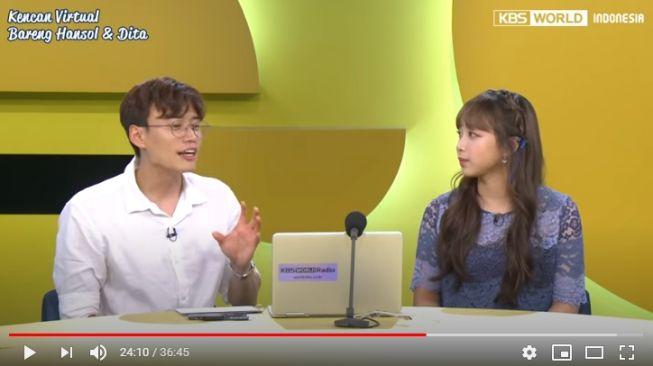 Dita Karang dan Jang Hansol melakukan siaran live bersama di YouTube. - (YouTube/KBSWorldIndonesia)