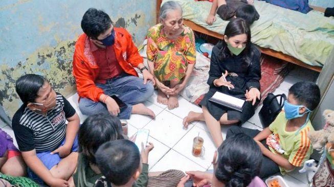 Anggota DPRD Jakarta dari Fraksi PSI Eneng Malianasari mengunjungi warga [dok. PSI]