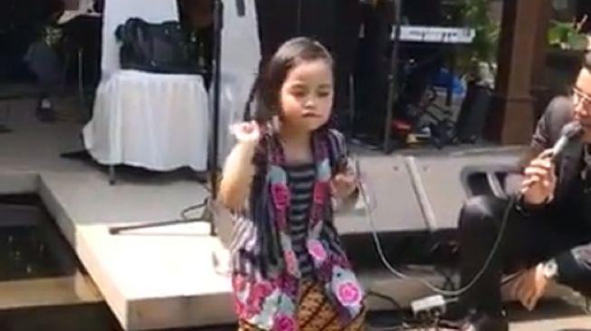 Gadis cilik ini berjoget tanpa beban mengikuti irama kendang lagu dangdut. (Twitter/@yockoyk)