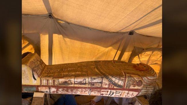 Peti mati bersegel kembali ditemukan di pekuburan Saqqara, Mesir. [Facebook]