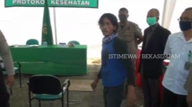 Tangkapan layar seorang pria di Bekasi tak terima terjaring razia masker yang dilakukan petugas gabungan. [Instagram@bekasi_24_jam]