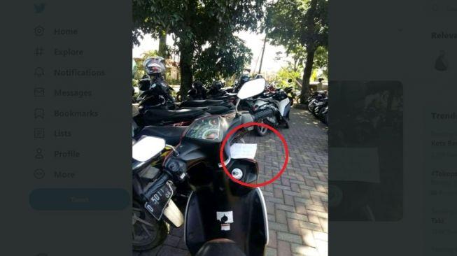 Pesan misterius di sepeda motor. [Twitter]
