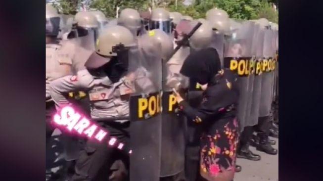Video Emak Tembus Barikade Polisi (TikTok/@natc.jeje).