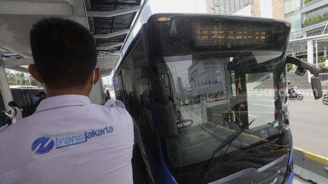 Cara menggunakan Wifi gratis di Halte Transjakarta sangat mudah, setelah layanan itu tersedia pada Desember 2020. Foto: Halte Transjakarta Bundaran HI, Jakarta, Senin (12/10/2020). [Suara.com/Angga Budhiyanto]