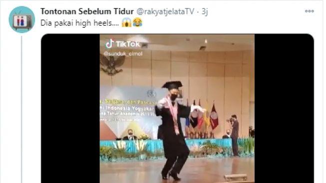 Video mahasiswa wisuda menggunakan high heels. - (Twitter/@rakyatjelataTV)