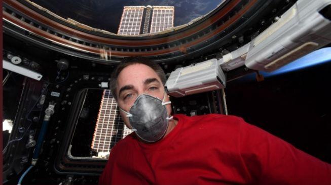 Astronot NASA bermasker. [Twitter]
