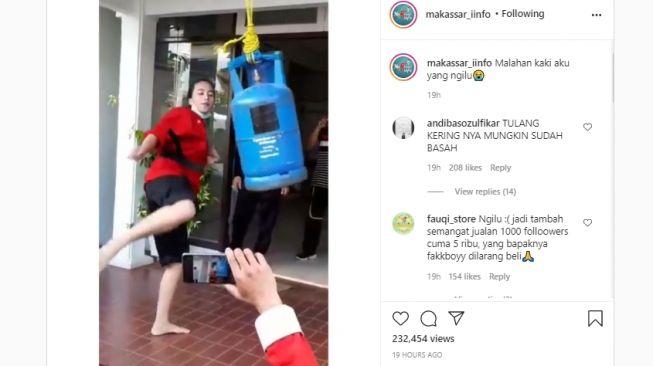 Aksi menendang tabung gas. (Instagram/makassar_iinfo)