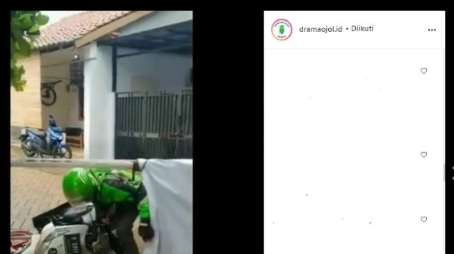 Tangkapan Layar Video Viral Driver Ojol Seret Motor Lewat Bawah Palang Agar Orderan Tak Dibatalkan (Instagram/@dramaojol.id).
