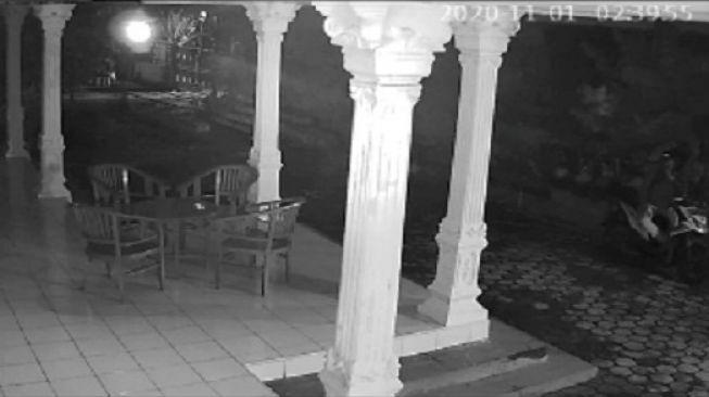 Tangkapan layar rekaman CCTV aksi maling di Sukoharjo yang dikira netizen cuplikan film horor. [Instagram]