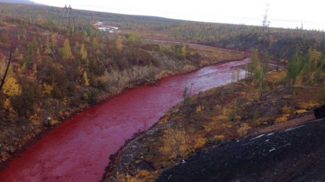 Sungai Iskitimka, Rusia berubah menjadi merah secara misterius. [Facebook/@    ]