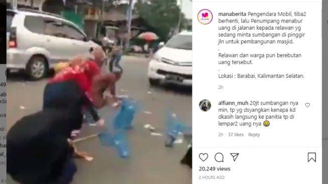 Video pengendara mobil sebar uang di jalan. (Instagram/@manaberita)