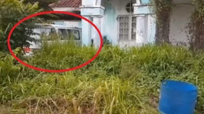 Mobil misterius terparkir di sebuah rumah kosong tak berpenghuni (Facebook)
