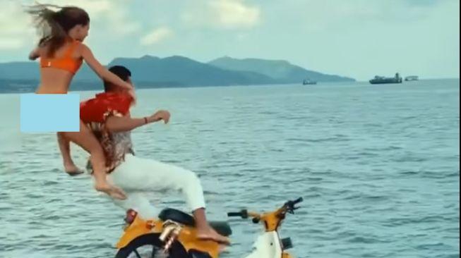 Viral Aksi Bule di Bali Terjun ke Laut Pakai Motor Lawas (Facebook/NiluhDjelantik).