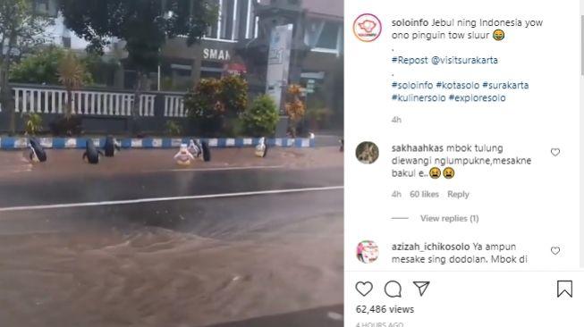 Video balon pinguin hanyut di jalan raya saat hujan deras. - (Instagram/@soloinfo)