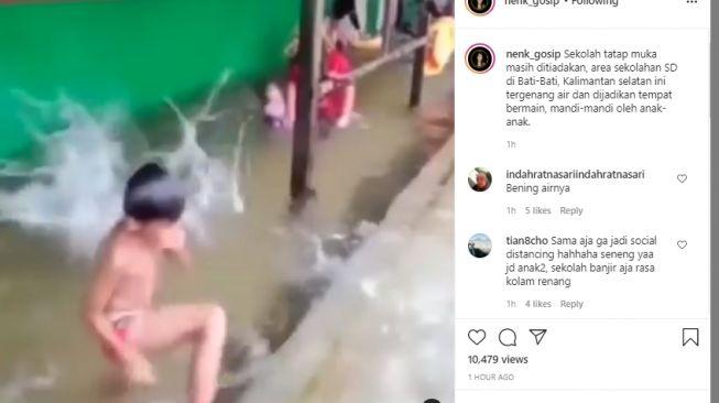 Anak-anak bermain air banjir di sekolah. [Instagram/@nenk_gosip]