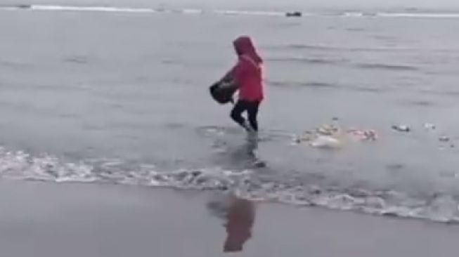 Emak-emak membuang sampah ke laut bikin murka. (Instagram)
