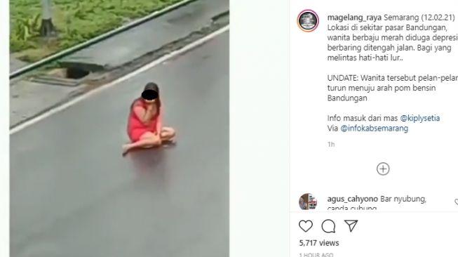 Wanita bergaun merah berbaring di tengah jalan Bandungan. [Instagram/@magelang_raya]