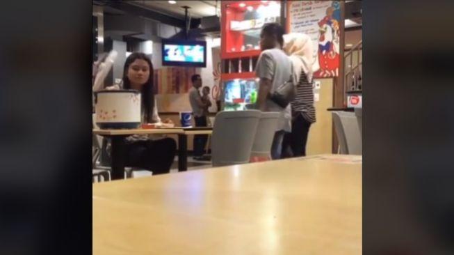 Viral video wanita makan di restoran bawa magic com (TikTok).