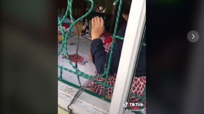 Aksi gadis remaja menyelinap di lubang kecil teralis (tiktok.com/@divvvvvv26)