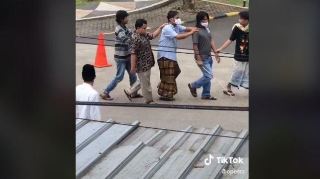 4 Pria tuna netra berjalan beriringan untuk salat jumat (tiktok.com/@opetta)