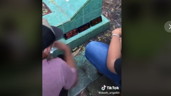 Main game di hp saat hadiri pemakaman (tiktok.com/@death_angel84)