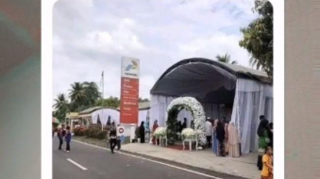 Potret pernikahan di SPBU viral di media sosial. [ TikTok/ ysfxyz.4212 ]
