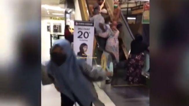 Beberapa orang salah menggunakan eskalator (instagram.com/@kanjeng_mamiew)