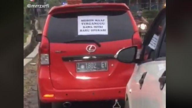 Bawa istri habis operasi, suami tempelkan pesan menyentuh di belakang mobil (TikTok).